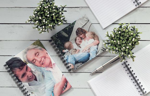 Makes Me Happy. Diseño de cuaderno personalizado para descargar gratis y completar con tus fotos en el soft de compu!